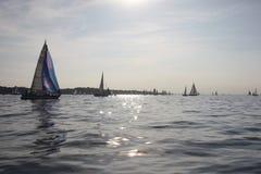 Jachtzeilboten die op een kalme zonnige dag op solent varen Royalty-vrije Stock Afbeeldingen