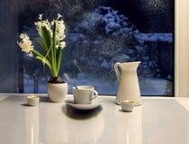 Jacinto y desayuno en el fondo de una ventana del invierno Imagenes de archivo