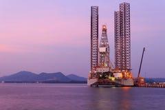 Jack επάνω στην εγκατάσταση γεώτρησης γεώτρησης πετρελαίου στο ναυπηγείο Στοκ Φωτογραφίες