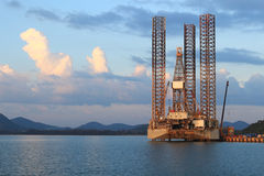 Jack επάνω στην εγκατάσταση γεώτρησης γεώτρησης πετρελαίου στο ναυπηγείο Στοκ Εικόνες