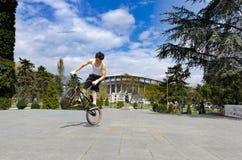 Jack велосипедиста BMX скача блеснул стоковые фотографии rf