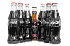 Jack Daniels und Cola und Colaflaschen lizenzfreie stockfotos
