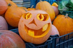 Jack ` Halloween lampa robić od dudniącej bani - lampion - Świeczka umieszcza po środku dudniącej bani z rżniętymi dziurami obraz stock
