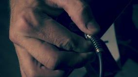 Jack kabel in een versterker te verbinden stock footage