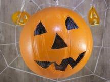 Jack-Laterne für Halloween eines Basketballs auf einem hölzernen Hintergrund mit Spinnennetzen lizenzfreie stockfotografie