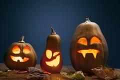 Jack o lampionów Halloweenowa dyniowa twarz na drewnianym tle Zdjęcia Royalty Free