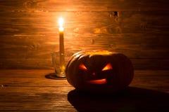 Jack o lampionów Halloweenowa dyniowa twarz na drewnianym tle Zdjęcie Stock