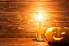 Jack o lampionów Halloweenowa dyniowa twarz na drewnianym tle Zdjęcie Royalty Free