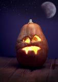Jack o lampionów Halloweenowa dyniowa twarz na drewnianym tle Obrazy Stock