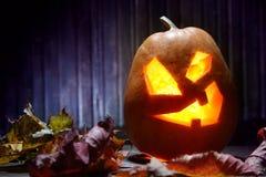 Jack o lampionów Halloweenowa dyniowa twarz na drewnianym tle i Obraz Royalty Free