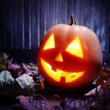 Jack o lampionów Halloweenowa dyniowa twarz na drewnianym tle Obraz Royalty Free