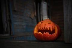 Jack o lantaarn in oud huis tijdens Halloween royalty-vrije stock fotografie