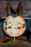 Jack-O-lanterna de madeira da abóbora da estaca com dente fotos de stock
