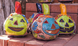 Jack-o-lanternas coloridas de Clay Pumpkin Fotos de Stock Royalty Free
