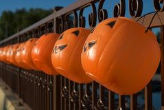 Jack-o-lanternas de suspensão como luminares de Halloween Imagens de Stock