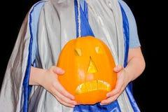 Jack-o-lanternas nas mãos do menino Imagens de Stock