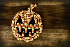 Jack-o-lanterne de bonbons au maïs avec des crocs images stock
