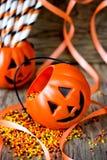Jack-o-lanterne de Halloween avec l'arrosage de sucre de couleur de bonbons au maïs Photos libres de droits