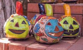 Jack-o-lanterne variopinte di Clay Pumpkin Fotografie Stock Libere da Diritti
