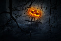Jack O Latarniowa bania na drewnie krzyżuje nieżywego drzewa, księżyc i cl, zdjęcie royalty free