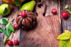 Jack-o-linterna alrededor de la tabla de cortar vacía en fondo de madera Concepto del otoño Víspera de Todos los Santos Visión su Fotos de archivo