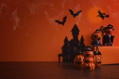 Jack-o-linterna de las calabazas de Halloween en fondo anaranjado Fondo feliz de la calabaza de Víspera de Todos los Santos Víspe Foto de archivo