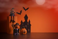 Jack-o-linterna de las calabazas de Halloween en fondo anaranjado Fondo feliz de la calabaza de Víspera de Todos los Santos Víspe Imagenes de archivo
