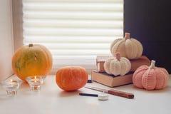 Jack-o-linterna DIY preparándose para el partido de Halloween, talle las calabazas para Halloween Foto de archivo libre de regalías