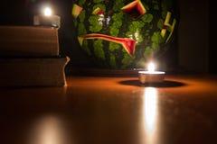 Jack-o-linterna sonriente de la calabaza del símbolo de Halloween y velas ardientes Imágenes de archivo libres de regalías