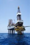 Jack-oben Ölplattform und die Produktions-Plattform Lizenzfreie Stockfotos
