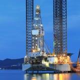 Jack op de installatie van de olieboring in de scheepswerf voor onderhoud Royalty-vrije Stock Afbeeldingen