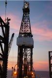 Jack que perfura acima o equipamento (plataforma petrolífera) no tempo crepuscular Imagem de Stock Royalty Free