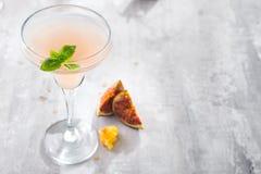 Jack Rose Cocktail med fikonträd och honung på ljus bakgrund över fönster, lägenhet lägger med kopieringsutrymme royaltyfri fotografi