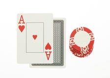 Jack- und Asblackjack übergeben Karten mit Chip auf Weiß Stockbild