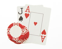 Jack- und Asblackjack übergeben Karten mit Chip auf Weiß Lizenzfreies Stockbild