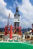 Jack Up Drilling Rig costero en el medio del océano imagen de archivo