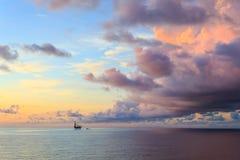 Jack Up Drilling Rig en mer au milieu de l'océan Photos stock