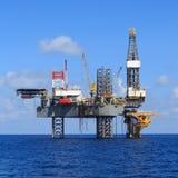 Jack Up Drilling Rig Over costero la plataforma de la producción foto de archivo