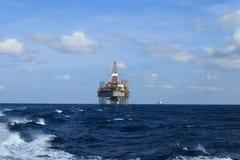 Jack Up Drilling Rig Over costero la plataforma de la producción en Th fotografía de archivo libre de regalías