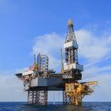 Jack Up Drilling Rig Over costero la plataforma de la producción en Th Fotografía de archivo