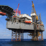 Jack Up Drilling Rig Over en mer la plate-forme de production en Th Photos libres de droits