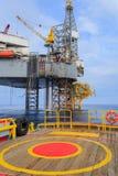 Jack Up Drilling Rig Over offshore la piattaforma di produzione Immagini Stock