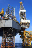 Jack Up Drilling Rig Over offshore la piattaforma di produzione Fotografia Stock