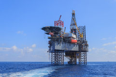 Jack Up Drilling Rig Over offshore la piattaforma di produzione Fotografia Stock