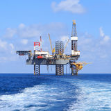 Jack Up Drilling Rig Over offshore la piattaforma di produzione Fotografie Stock Libere da Diritti