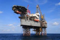 Jack Up Drilling Rig Over offshore la piattaforma di produzione in Th Fotografia Stock Libera da Diritti
