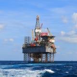 Jack Up Drilling Rig Over a pouca distância do mar a plataforma da produção Fotos de Stock Royalty Free