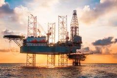 Jack Up Rig a pouca distância do mar no meio do mar no tempo do por do sol foto de stock royalty free