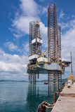 Jack up wieża wiertnicza przy stocznią Zdjęcie Stock