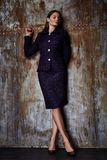 Jacke alla moda del vestito dell'abbigliamento di tendenza di progettazione di usura del modello della donna di bellezza Fotografia Stock